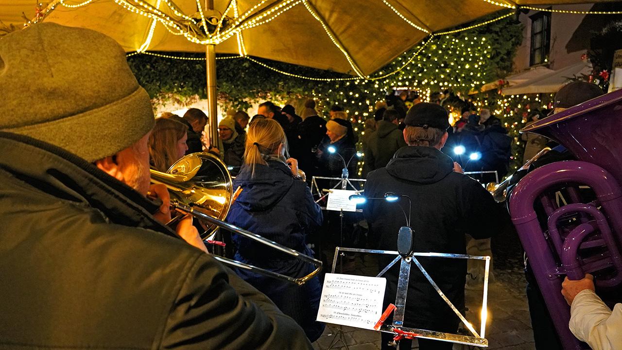 Weihnachtsmarkt Im Hinterhof Trachtenkapelle Alpengruss